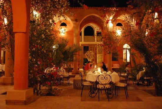 Al Moudira Hotel : The courtyard patio around fountain