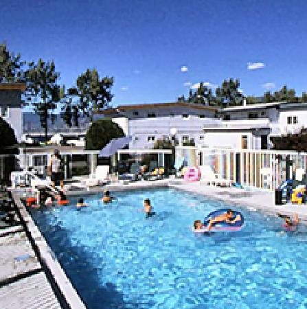 ‪‪Golden Sands Resort Motel‬: Pool and courtyard‬