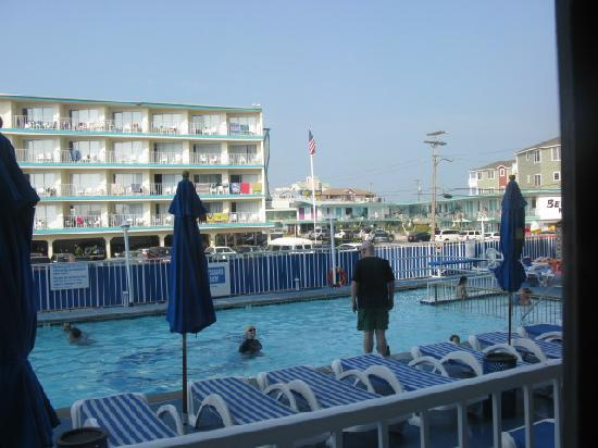 Adventurer Oceanfront Inn: pool