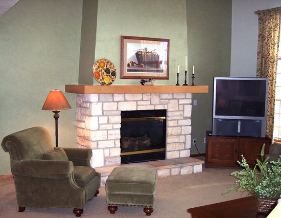 Meadow Ridge Resort: Every unit has a cozy fireplace and relaxing armchairs!