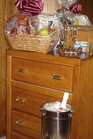 Gaines Landing Bed and Breakfast: Huge gift basket, champaigne, and engraved glasses