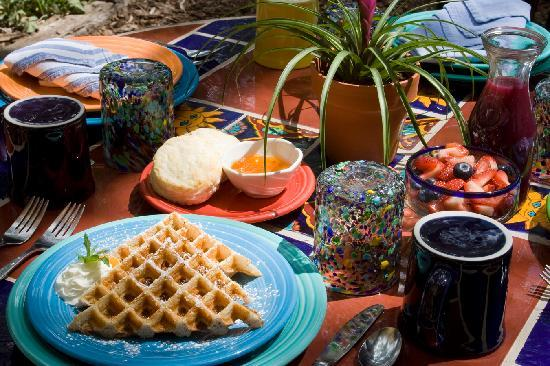 La Posada de Taos B&B: Breakfast is Always Special At La Posada de Taos