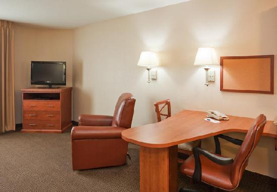 Candlewood Suites Montgomery: Work Desk and Recliner