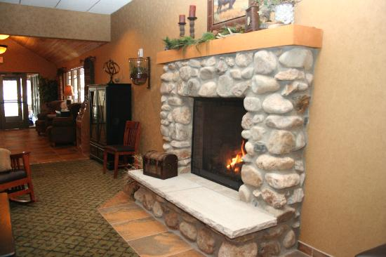 Creekside Lodge: Fireplace