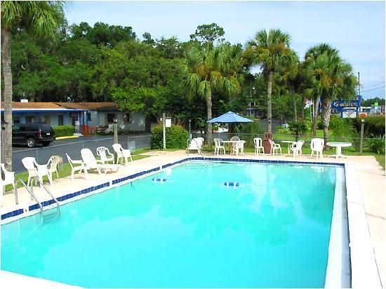 Suwannee Gables Motel and Marina: Swimming Pool