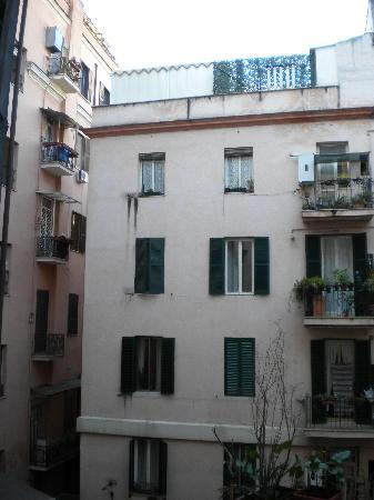 Hotel Maikol Rome: Our view out the window.