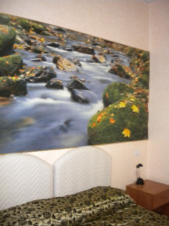 Hotel Maikol Rome: Interesting wall art