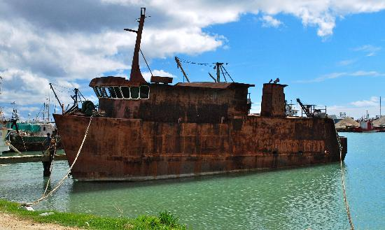 Tonga: Rusty boat that has been there for ages