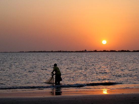 Bakau, Gambie : Fisherman at sunrise 