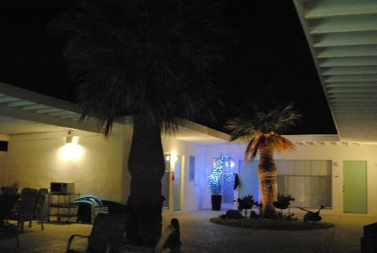 Sagewater Spa: Our room to the right. Courtyard area at night.