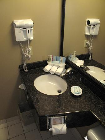 Holiday Inn Express - Kamloops: Bathroom photo 2