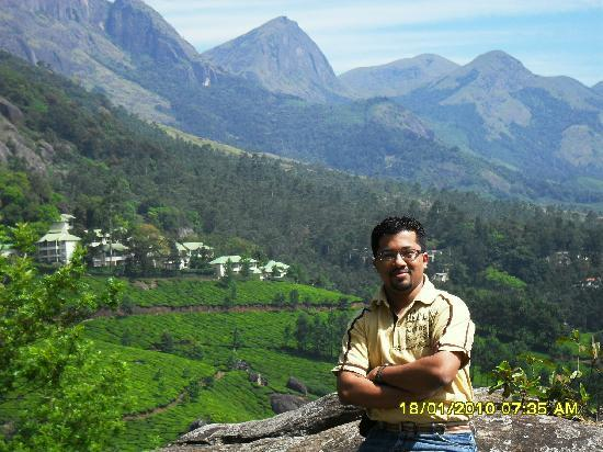Club Mahindra Lakeview Munnar: Club Mahindra in the background