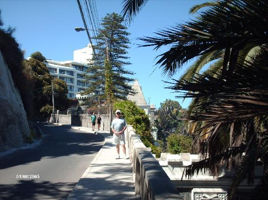 Vina del Mar, Chile: street above the ocean board walk in Vina