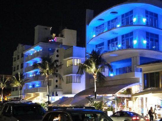 Congress Hotel South Beach: Hotel lit up at night