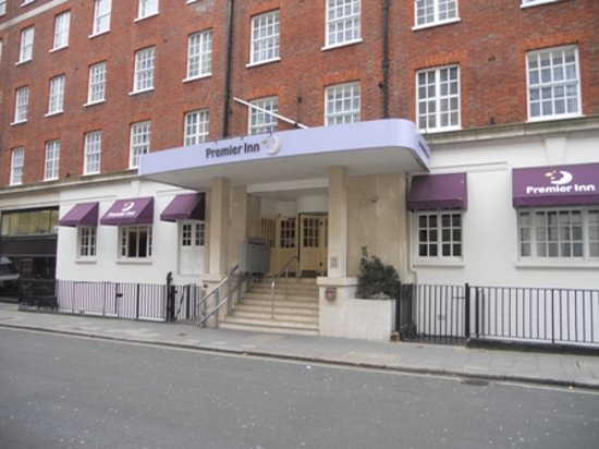 Premier Inn London Victoria: front of hotel