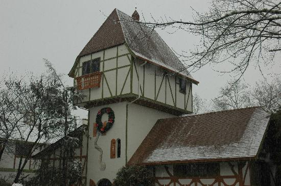 Helendorf River Inn and Conference Center: Our room was in the tower, on the left, behind the criss-cross brown beams...