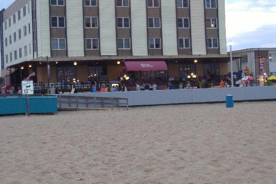 Beach Plaza Hotel: Front view from ocean, notice the rocking chairs!