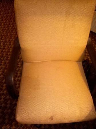 Comfort Inn Waynesboro: Dirty, stained desk chair