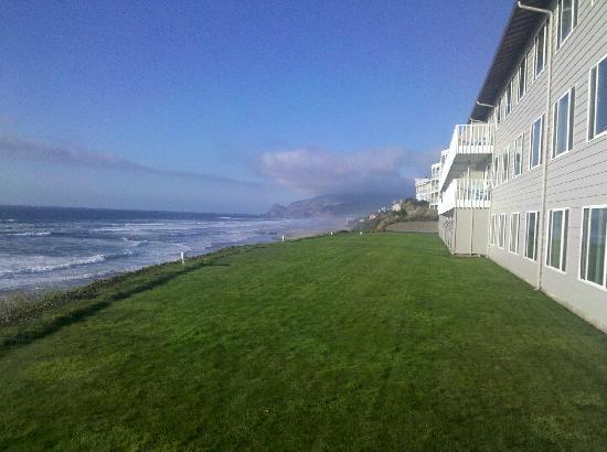 Lincoln City, OR: The hotel green air with the gorgeous and soft green grass