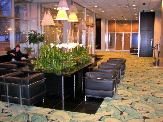 Chicago's Essex Inn: Lobby area with closed lounge in the background
