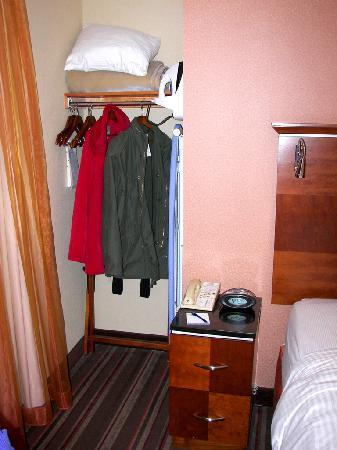 Chicago's Essex Inn: Closet area next to the bed