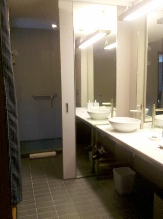 Aloft Milwaukee Downtown: The bathroom