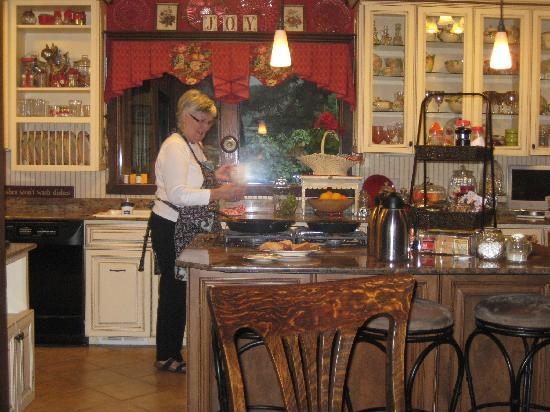 Apple Inn Bed and Breakfast: Kathe in her immaculate kitchen