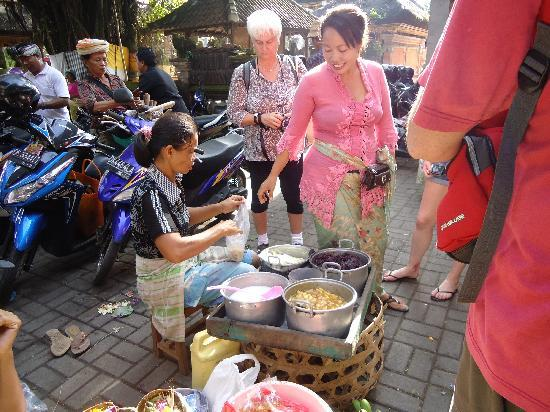 http://media-cdn.tripadvisor.com/media/photo-s/01/c3/dc/46/puspa-her-market-tour.jpg