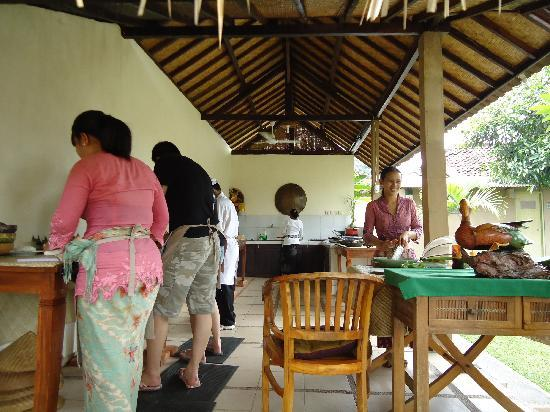 http://media-cdn.tripadvisor.com/media/photo-s/01/c3/dc/4f/paon-bali-cooking-class.jpg