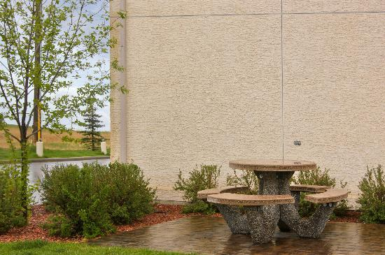 Motel 6 Red Deer: OUtdoor Sitting Area