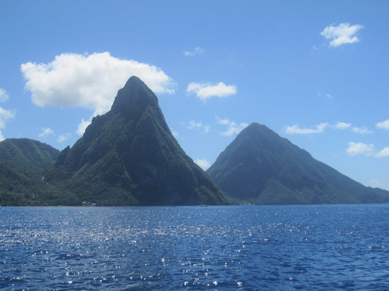 Castries, Sainte-Lucie : The Pitons - Petit (left) and Gros (right)