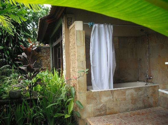 Kuta Puri Bungalows: Balinese style bathroom