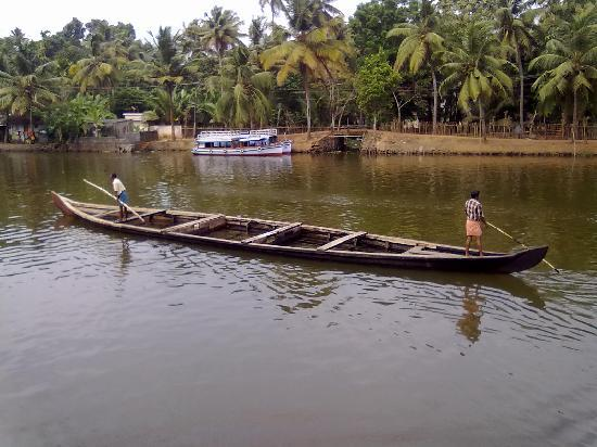 Kumarakom, Inde : drinking water transport