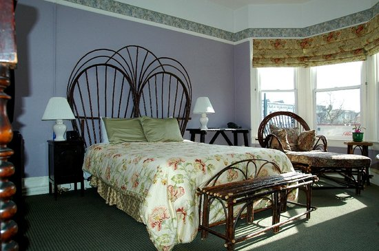 The Willows Bed and Breakfast Inn: Large room w/queen bed, bay windows