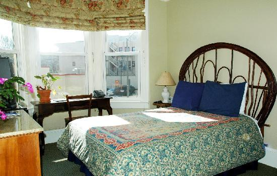 The Willows Bed and Breakfast Inn: Room w/full size bed