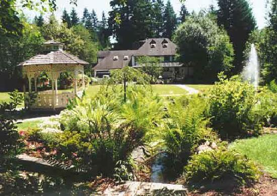 Cottage Creek Inn: Gazebo/Pond Area