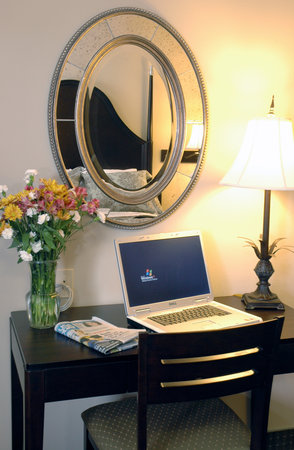 Inn at Mulberry Grove: Wi-Fi and business center inclusive with low cost hotel rates!