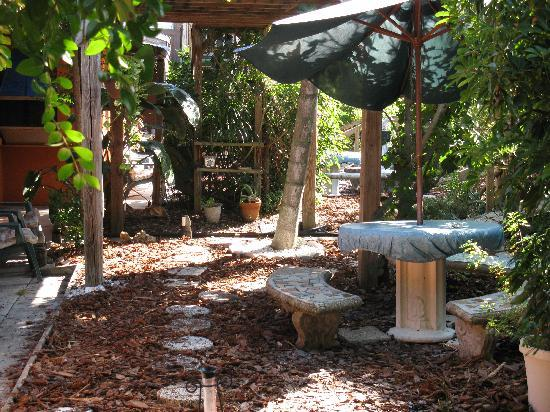 Beach Croft Motel: Nice relaxing tables to sit and visit..