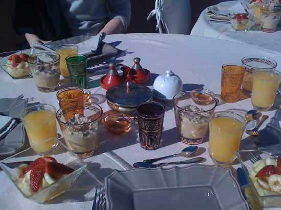 Zamzam Riad: Breakfast on the roof terrace