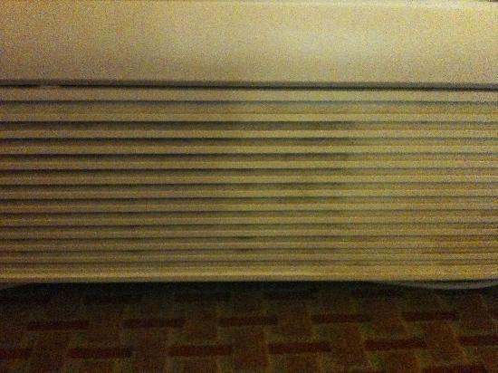 Comfort Inn Mayport: filthy grimed radiator