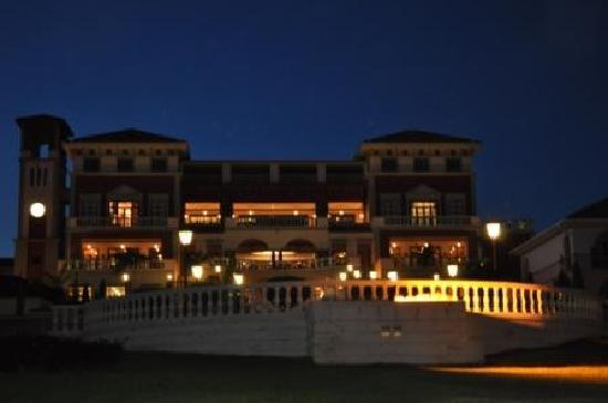 Lake Victoria Serena Resort: Main building at night