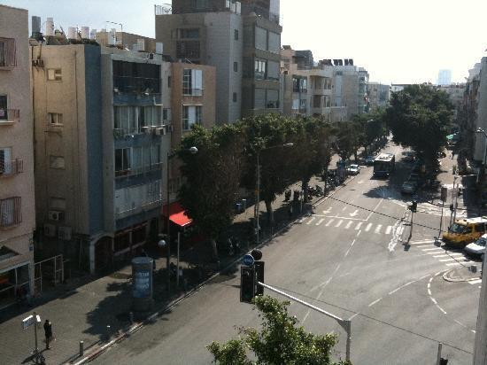 Dizengoff Beach Apartments: View from balcony down Dizengoff Street