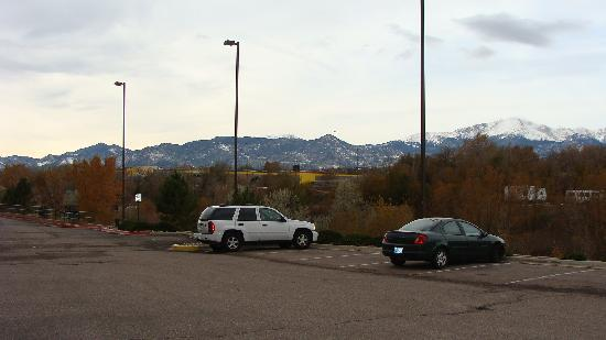 Crestwood Suites Colorado Springs: View from the parking lot