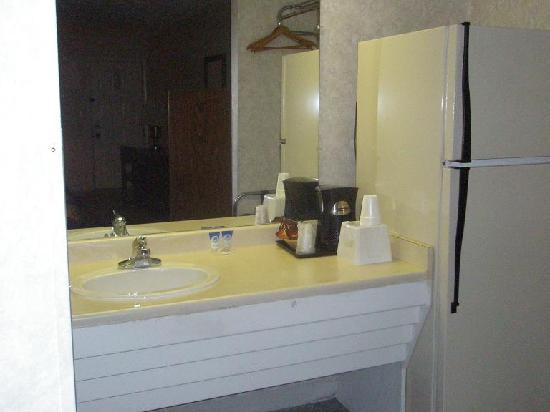 Tucumari Inn: Sink, Fridge