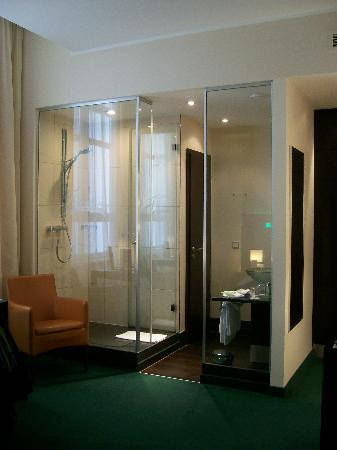 Fleming's Hotel Frankfurt-Messe: Glass shower!