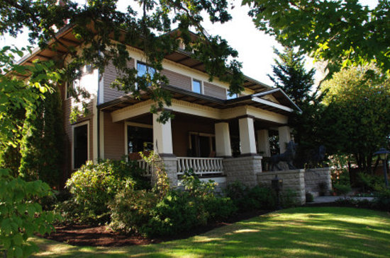 The Lions Gate Inn Bed & Breakfast: Lions Gate Exterior