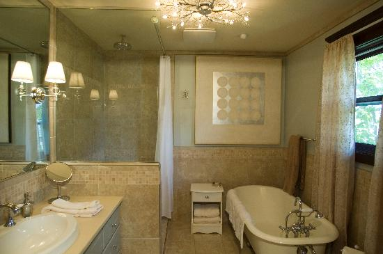 The Lions Gate Inn Bed & Breakfast: Winter Suite bathroom