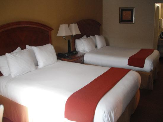 GuestHouse International Inn: beds