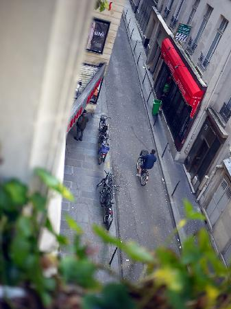 Hotel Central Saint Germain: View out the window over the movie theater!