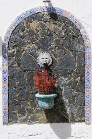 Casa Buzios: vintage fountain in the patio